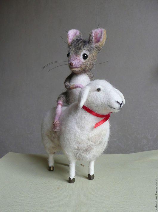 """Игрушки животные, ручной работы. Ярмарка Мастеров - ручная работа. Купить """"Друг! Прокати.!.."""").Мышка с овечкой. Валяная игрушка из шерсти. Handmade."""