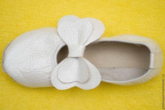 Детская обувь ручной работы. Ярмарка Мастеров - ручная работа. Купить Чешки кожаные с бантиком. Handmade. Белый, чешки детские