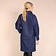 Стильное пальто красивого, черничного цвета исполнено из практичной, гладкой ткани. Материал по фактуре напоминает джинсовую ткань.  Пальто, благодаря своему свободному крою, отлично сидит практическ