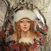 """Подвеска ручной работы. Ярмарка Мастеров - ручная работа Кулон""""В её ладонях лишь пушистый снег..."""" (лаковая миниатюра). Handmade."""