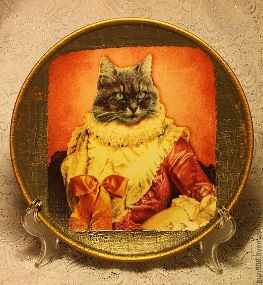 """Тарелки ручной работы. Ярмарка Мастеров - ручная работа. Купить тарелка декоративная """"Благородный кот"""". Handmade. Бордовый, тарелка декупаж"""