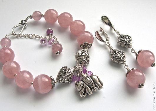 Серебряный комплект украшений из розовых камней. Браслет и серьги из розового кварца и серебра. Розовые серьги и браслет из серебра и камней.