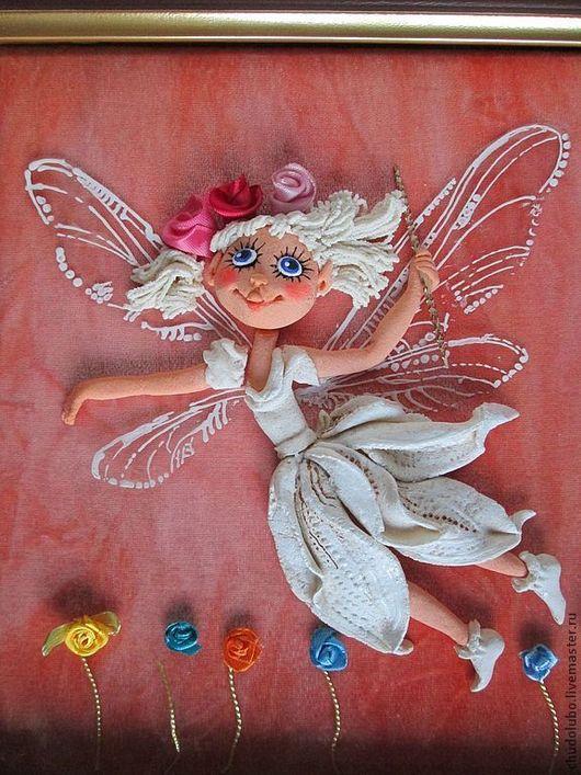 Фея цветов. Платье напоминает цветок белой лилии.. В руках у феечки волшебная палочка для исполнения желаний.Крылышки получились совсем как у стрекозы, прозрачные и блестящие. Фон розовый с кремовыми