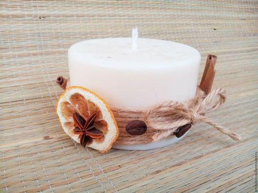 Новогодняя свеча с ароматом апельсина с корицей украшена натуральным декором в эко-стиле