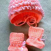Комплект из шарфа и шапки ручной работы. Ярмарка Мастеров - ручная работа Комплект для новорождённого шапка + пинетки. Handmade.