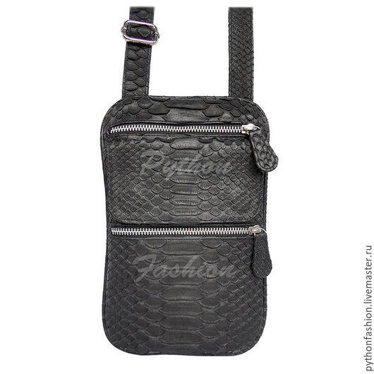 Мужская сумка из питона. Мужская сумка из питона на ремешке. Небольшая мужская сумка через плечо. Компактная мужская сумка из кожи питона. Мужская сумка из питона на весну.  Весенняя сумка из питона.