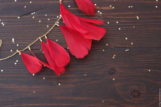 Кулоны, подвески ручной работы. Ярмарка Мастеров - ручная работа. Купить Подвеска с красными перьями на цепочке. Handmade. Ярко-красный