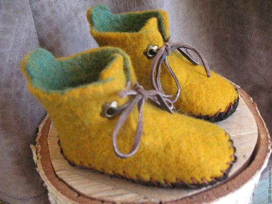 Пинетки детские на 1-1,5 года. мягкие. Плотно сваляны  и возможно как гулять на улице, так и носить на голую ножку дома.Кожаная подошва и кожаные шнур Лечебный эффект шерсти.Подшиты натуральной замшей