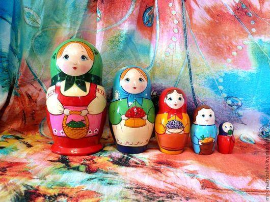 Матрёшка – это особенно притягательная и несущая в себе множество смыслов и символов игрушка. Матрёшка универсальный подарок как для ребёнка так и для взрослого. Подарить матрёшку уместно практически