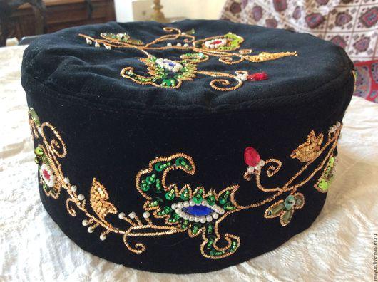 Общий вид праздничной татарской тюбетейки с золотой вышивкой .
