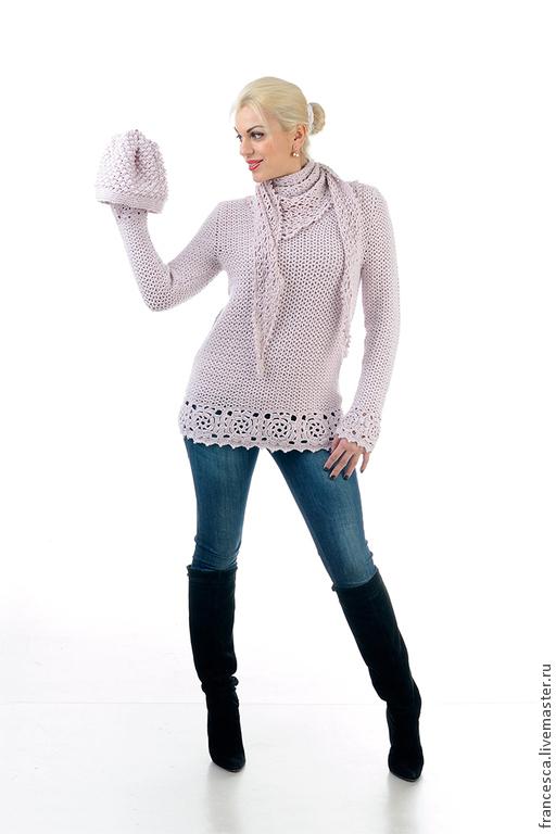 К этой модели в комплекте идет шарф бактус, связанный ажурным узором крючком. Очень удобная конструкция бактуса позволяет использовать его и для того, чтобы прикрыть сексуальный вырез горловины, когда