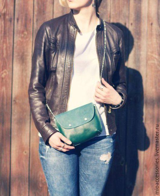 Сумка-карман на ваш любимый ремень. Есть цепочка, чтобы носить сумку через плечо.  Цвет: темно-зеленый. Возможно исполнение в другом цвете.