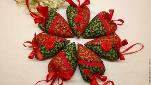 Комплект из семи новогодних сердечек в традиционных новогодне-рождественских  оттенках