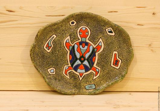 Керамическое панно или блюдо Оранжевая черепаха в зеленой траве. Авторская керамика Ксении Гольд.