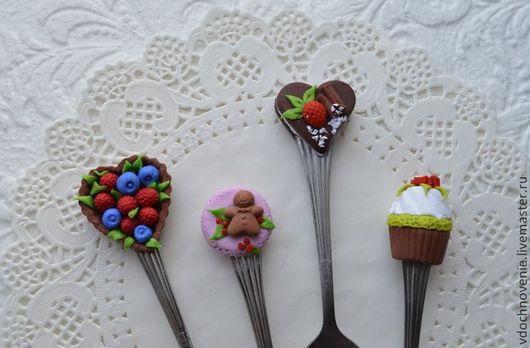 Ложечки слева направо: Ложечка `Ягодное лукошко`. Ложечка `Пряничный человечек`. Ложечка `Пирожное с клубникой и корицей`. Ложечка `Кексик`.