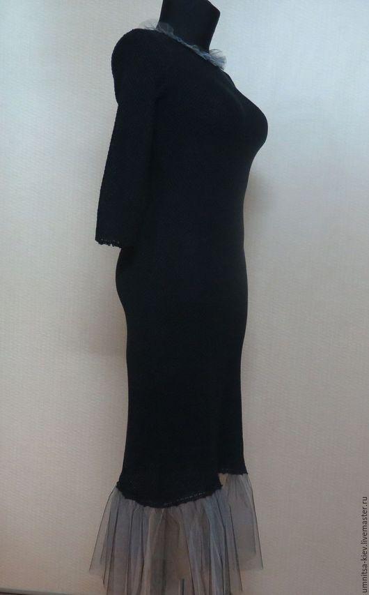 Фото. Вязаное черное платье с фатином связано из хлопка высокого качества.