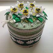 шкатулка ручной работы из атласных лент. Нарциссовая полянка