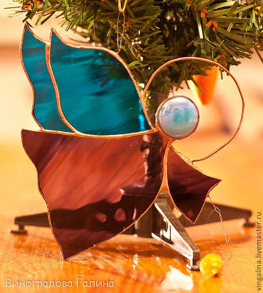 Небольшая изящная игрушка на елку или подвеска на окно, стекло искрится на свету и создает праздничное настроение.