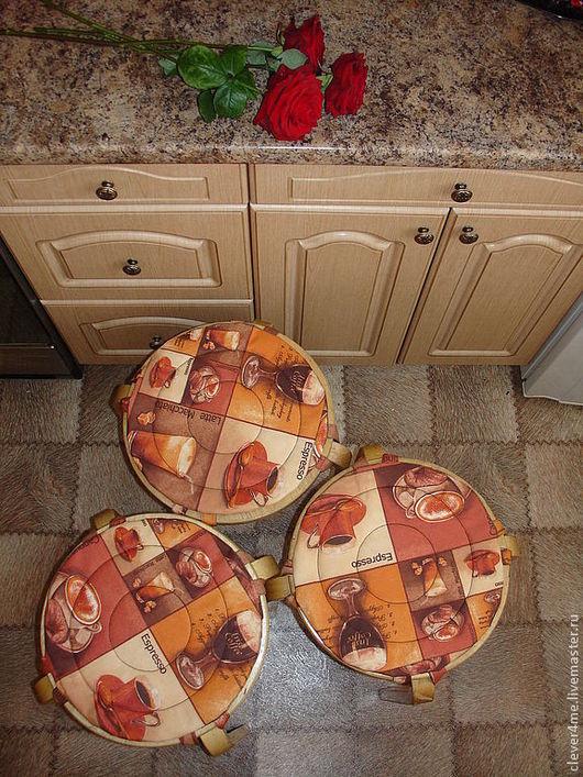 `Кофейный ДАРТС:)`- комплект чехлов на табуретки. Хлопок с пропиткой. Ткань на кофейную тему в стиле лоскутной мозаики. Моя фирменная круговая отстрочка помогает зафиксировать синтепон внутри чехлов.