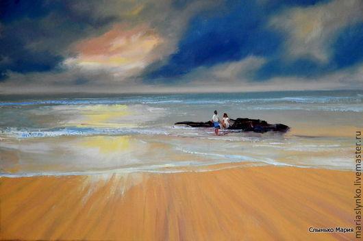 Картина маслом влюбленные на морском берегу. Их чувства ярки, как  краски заката, сумбурны, как гонимые ветром облака. Двое стараются уединиться от мира, ведь для друг друга они и есть целый мир