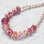 Ожерелье бусы из розового жемчуга и авторских бусин лэмпворк.