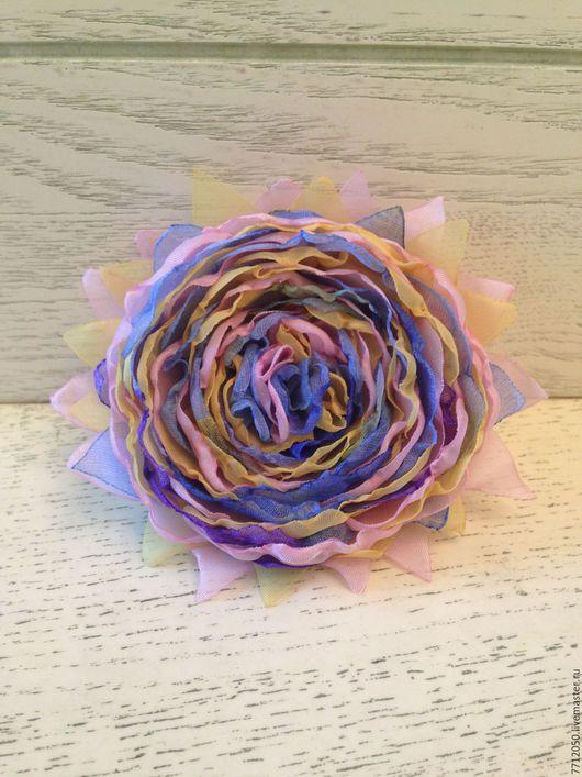 нежная брошь драже сочетание голубого розового желтого подарок девушке маме подруге коллеге теще свекрови нежные цвета элегантная брошь цветы из ткани цветы из шифона ручной работы