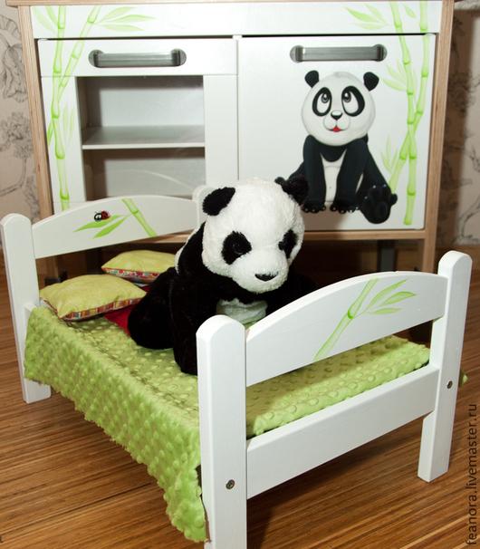 Кукольная кроватка, сделанная в дополнение к детской кухни