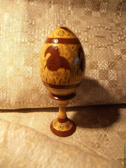 Для яйца (с золотым фоном) использованы символы: Конь - семейный кормилец и поилец, Птица (`курочка`) - символ души человека (`связь с предками, защита`).