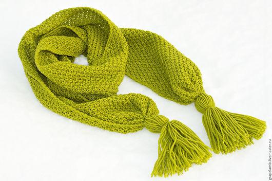 Женский вязаный шарф цвета `Фисташка`. Классическая двусторонняя вязка. Размеры 25 х 180 см и 20 см кисти.