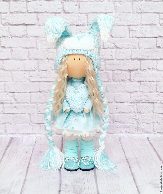 Текстильная зайка ручной работы отдаст своё вязаное сердечко своей хозяйке. Авторская кукла.