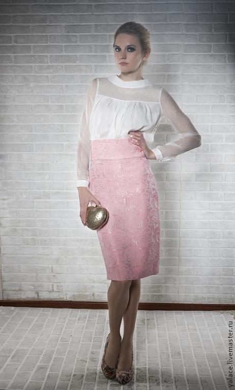 Невесомая и очень нежная блузка из шёлка послужит Вам удачным дополнением к вечернему, а также к повседневному наряду. Блузка свободного кроя хорошо смотрится на выпуск, отлично сочетается с узким поя