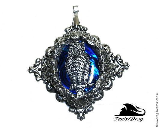 Кулон `Ночная гостья` в стиле Винтаж (Винтажный, Викторианский, Старинный стиль, под старину) латунь в покрытии серебром (посеребренный), синий перламутр размер: 7,7*7,7 см Авторские / дизайнерские