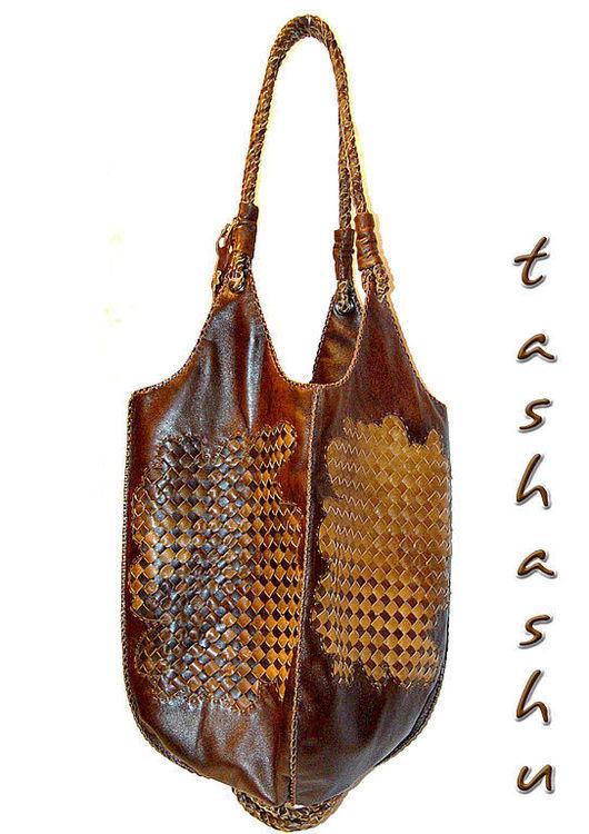Четыре равные стороны из плетеной кожи разных оттенков коричневого.