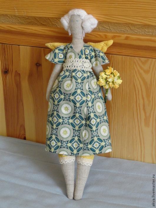 Кукла Марта с букетом.