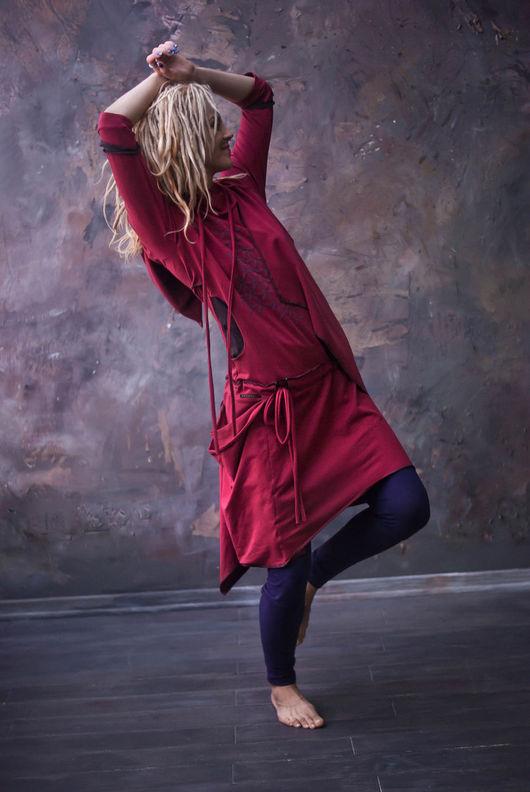 Платье с объемным принтом- 3D, спереди нависной элемент имитирует асимметричную накидку, уютный капюшон, карманы, заниженная талия на кулисе.