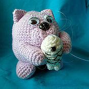 Куклы и игрушки ручной работы. Ярмарка Мастеров - ручная работа Кот с рыбкой - игрушка вязаная. Handmade.
