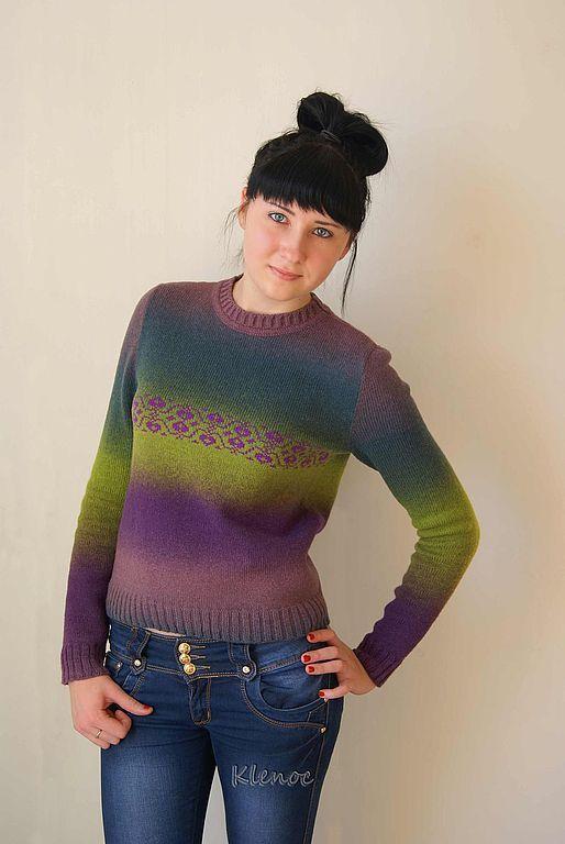 Пуловер вязаный комбинированного цвета.