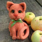 Войлочная игрушка ручной работы. Ярмарка Мастеров - ручная работа Коралловая кошечка. Валяная игрушка из шерсти. Handmade.