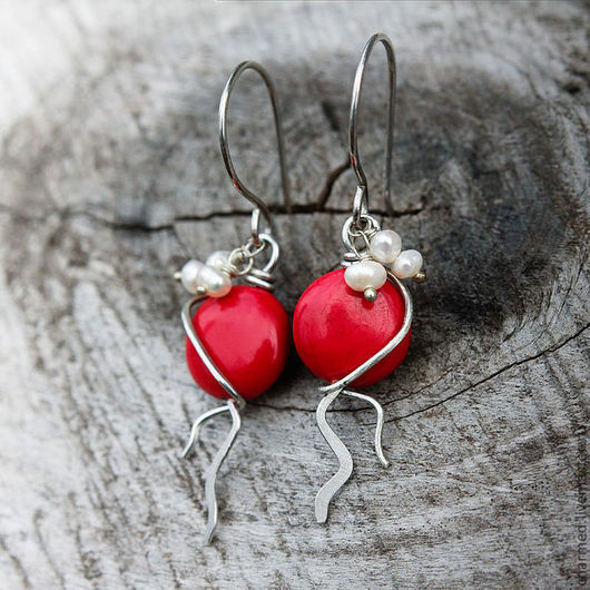 """Серьги ручной работы. Ярмарка Мастеров - ручная работа. Купить Небольшие серебряные серьги с красными кругляшами """"Танцующие в темноте. Handmade."""