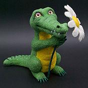 Войлочная игрушка ручной работы. Ярмарка Мастеров - ручная работа Войлочная игрушка: Крокодильчик с цветами. Handmade.