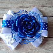 Заколки ручной работы. Ярмарка Мастеров - ручная работа Нарядный бело-синий бант с розой. Handmade.