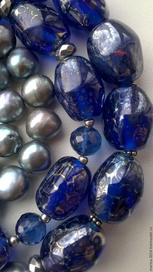 Изысканный крупный комплект украшений, выполненный из благородной шпинели, барочного жемчуга `серебристый павлин`, авторских бусин лэмпворк и серебряной фурнитуры: бусы, браслет, длинные серьги.