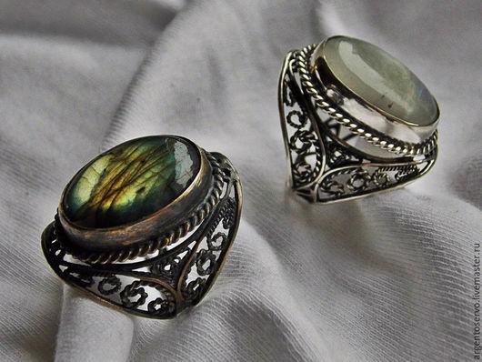Шикарное Кольцо в серебре `Магический перстень`,выполненное в технике филигрань. На фото кольца с лунным камнем и лабрадором