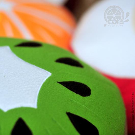 Подушка состоит из красочного чехла (на потайной молнии), внутреннего хлопкового чехла (для удобства стирки внешнего), а также наполнителя.