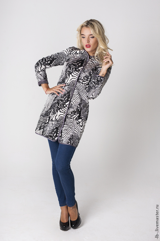 Двухсторонняя куртка-плащ идеально подходит для осени и как утеплённый вариант внутренней одежды на зиму. Простёганные плащевка, холлофайбер и вискозная ткань прекрасно держат тепло и защищают от дожд