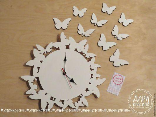 Оригинальные настенные часы с бабочками.