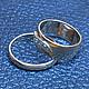 На фото для примера изображено мужское классическое обручальное кольцо.Средний вес мужского кольца 2,5 грамма(ширина 2,5 мм).Цена кольца 8750 рублей.