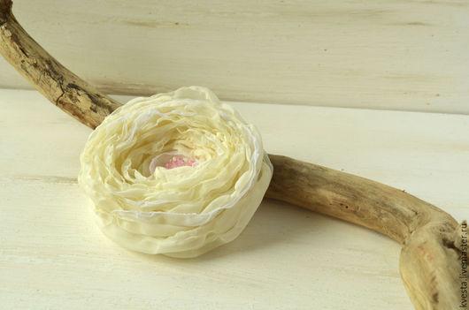 Броши ручной работы. Ярмарка Мастеров - ручная работа. Купить Брошь из ткани, заколка, цветок Ванильный крем. Handmade. Кремовый