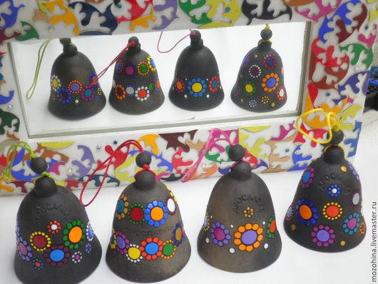 Выбрать колокольчик можно по расположению рисунка: № 1- хаотично, № 2 - в два ряда цветочки, № 3 - один ряд цветов, № 4 - широкой полосой цветочки