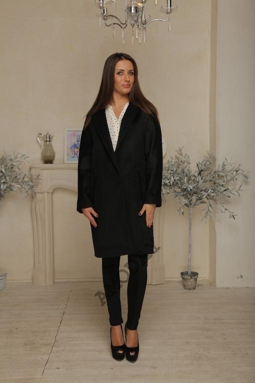 Черное кашемировое пальто AMODAY классического силуэта. Рукав цельнокроеный. C карманами.